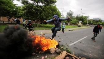 Foto: Un manifestante salta sobre una barricada durante una protesta contra el presidente Juan Orlando Hernández, en Tegucigalpa, 22 de junio de 2019 (Reuters)