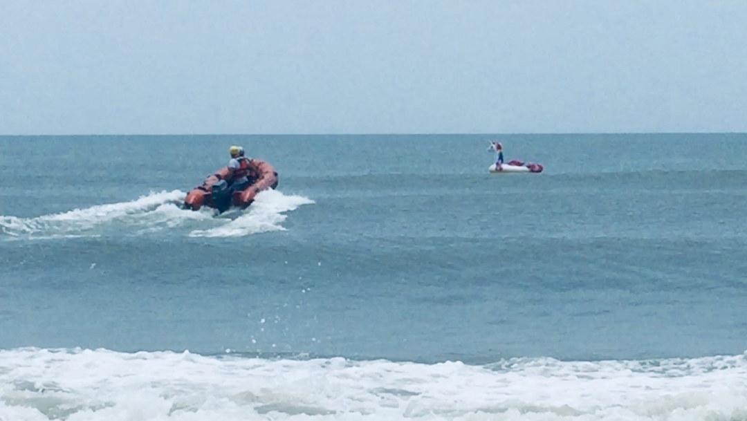 Foto Rescatan a niño que era arrastrado mar adentro en un inflable 12 junio 2019
