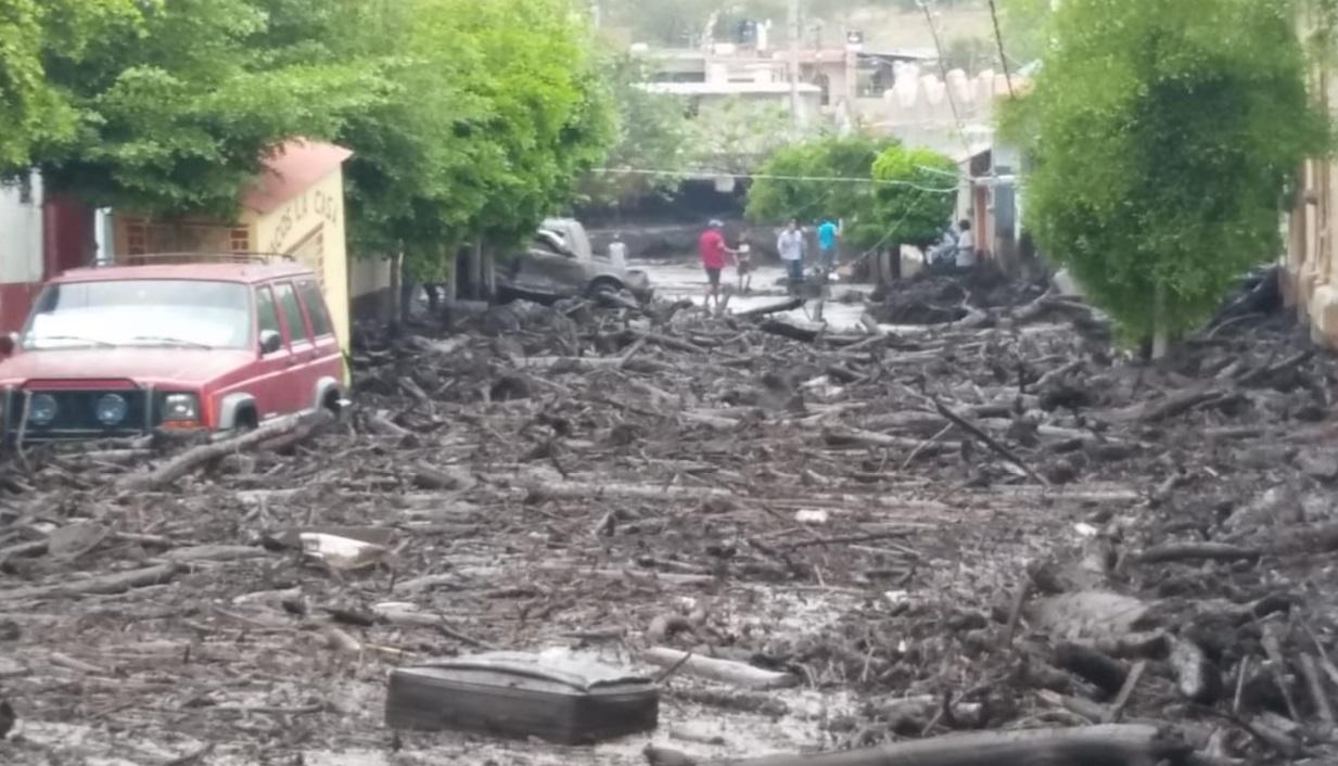 Foto: Las fuertes lluvias de este domingo en Jalisco provocan el desbordamiento del río Apango, casas están inundadas y caminos rurales y puentes quedaron intransitables, junio 2 de 2019 (Twitter: @PCJalisco)