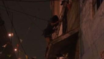 Rescatan a mujer del balcón de un edificio en Santa María la Ribera, 19 julio 2019