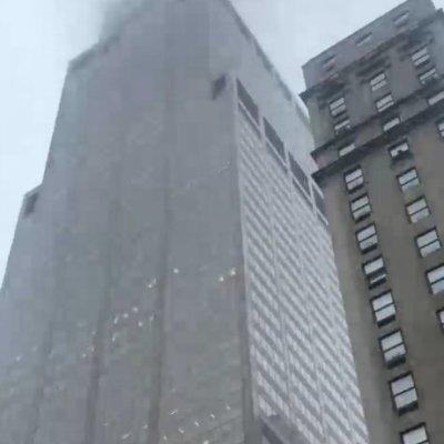 Se estrella helicóptero contra rascacielos en Nueva York, un muerto