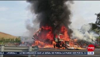 Se incendia vehículo de carga tras accidente en Michoacán