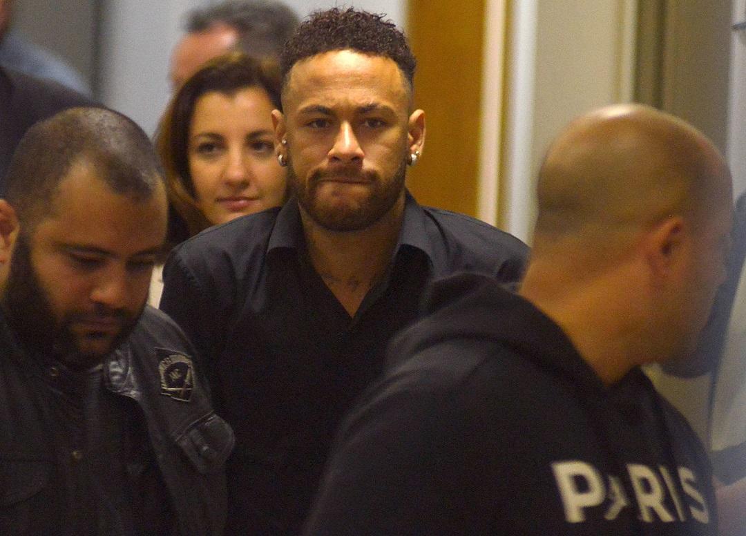 Foto: El futbolista Neymar abandona la estación de policía luego de testificar en Río de Janeiro, Brasil. El 6 de junio de 2019