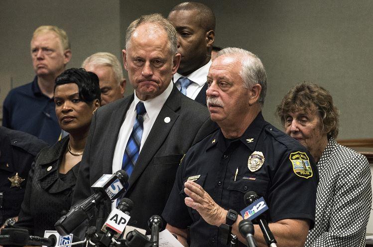 El jefe de policía James Cervera (d) habla a los medios de comunicación junto al gerente de la ciudad, David L. Hansen (c), sobre el tiroteo en Virginia Beach, 1 junio 2019