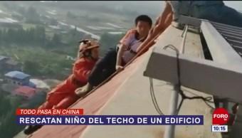 Todo Pasa En China: Rescatan niño del techo de un edificio