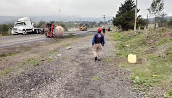 Foto: Un tractocamión transportaba tolueno y volcó sobre la autopista Puebla-Orizaba, junio 1 de 2019 (Twitter: @PC_Estatal)