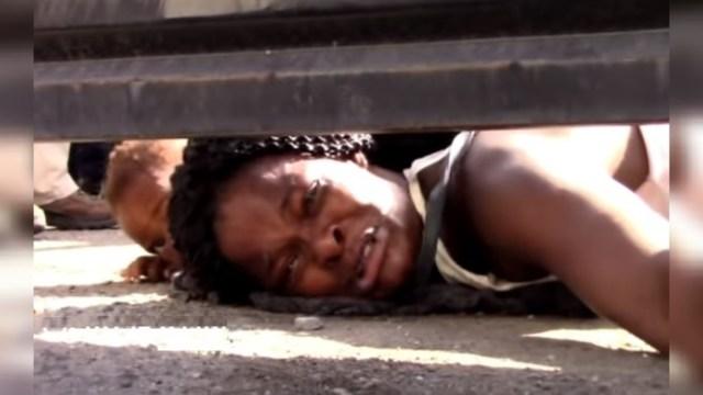 Una mujer haitiana, de forma dramática, suplica ayuda para ella y su hijo en un albergue de Chiapas, 26 junio 2019