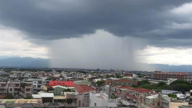 foto Inusual tormenta en forma de cascada sorprende en Taiwán 10 junio 2019