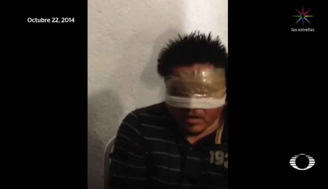 """Imagen: El video publicado en las redes este fin de semana, exhibe la tortura de Carlos """"N"""", uno de los detenidos por la desaparición de los estudiantes de Ayotzinapa, el 23 de junio de 2019 (Noticieros Televisa)"""