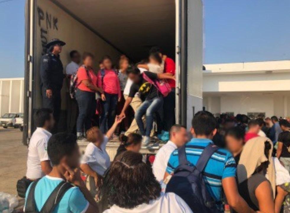 Foto: Elementos de la Policía Federal rescatan a 160 migrantes centroamericanos que viajaban dentro de la caja de un tráiler, en Veracruz, junio 1 de 2019 (Facebook: Policía Federal de México)