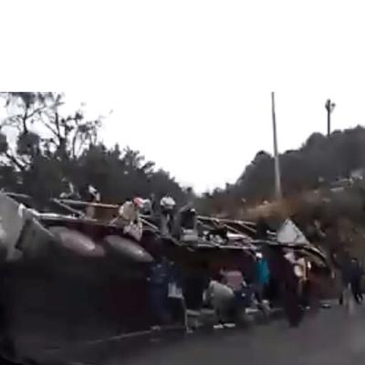Video: Rapiña de refrescos tras volcadura de tráiler en carretera Naucalpan