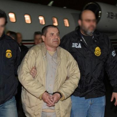 Agente de la DEA exhibe playera del Chapo como trofeo