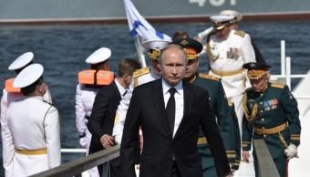 Foto: Putin abordó uno de los barcos que participaban en los actos del Día de la Armada en San Petersburgo, 28 de julio de 2019 (EFE)