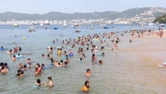 Se mantiene afluencia de turistas en playas de Acapulco