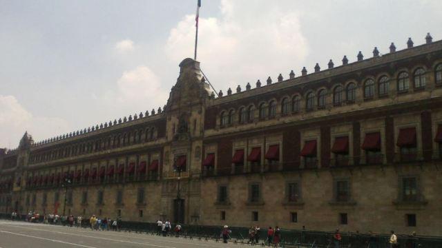 AMLO revela planos del departamento que habita en Palacio Nacional.