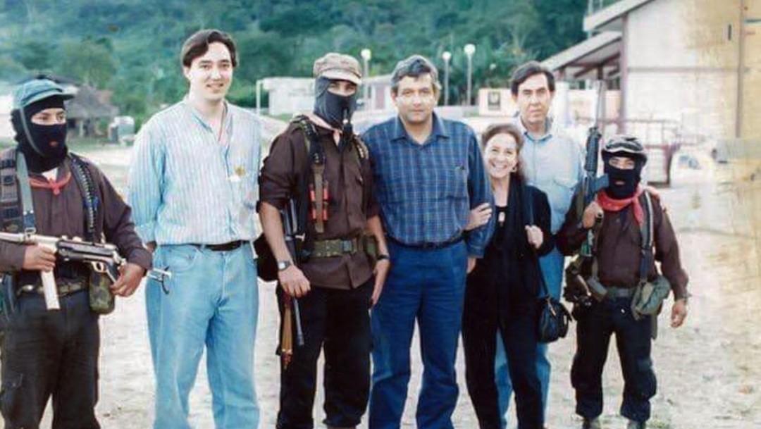 Foto: El presidente Andrés Manuel López Obrador publicó en Twitter una fotografía de 1994 en la que se encuentra con el subcomandante Marcos, en Chiapas, julio 7 de 2019 (Twitter: @lopezobrador_)