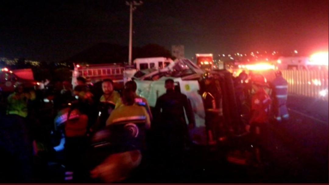 Foto: Vuelca vagoneta con pasajeros sobre la autopista México-Puebla durante un asalto, 21 julio 2019