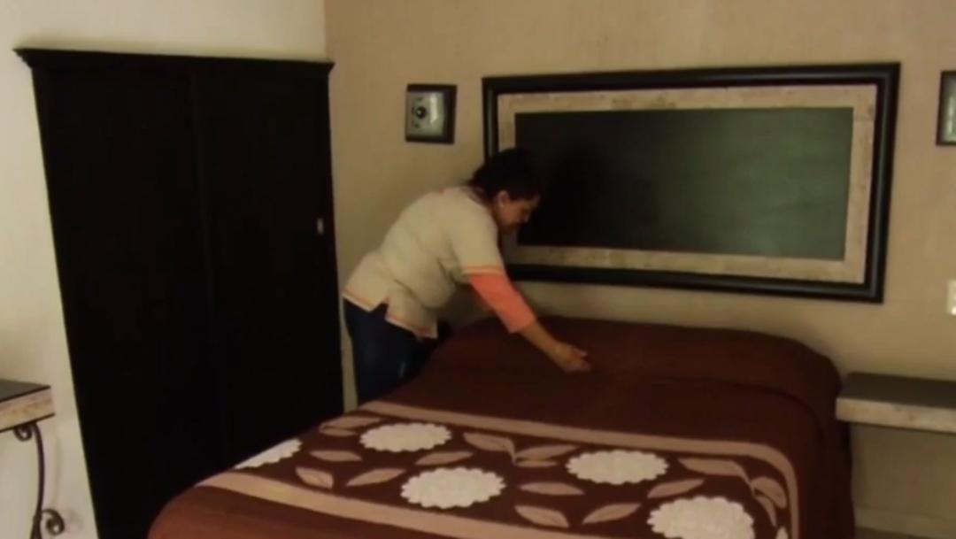 FOTO Camarera encuentra más de 5 mil dólares en hotel de Tepeji del Río y los regresa (FOROtv)