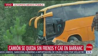 Camión de pasajeros, a punto de caer al barranco en México-Puebla