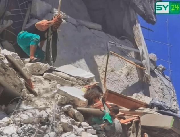 Foto: El padre de Riham y Tuqa observa el intento de rescate de las hermanas luego del ataque. 28 de julio 2019