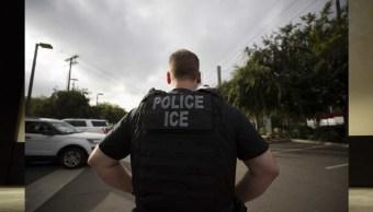 Foto: Un oficial de Inmigración y Control de Aduanas (ICE) de EU observa durante una operación, el 21 de julio de 2019 (AP)