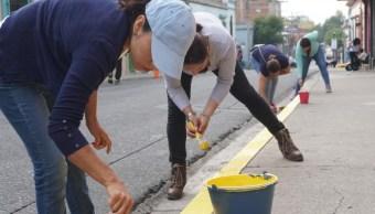 Ciudadanos salieron a pintar las banquetas en Oaxaca. (Twitter @SNEOaxaca)