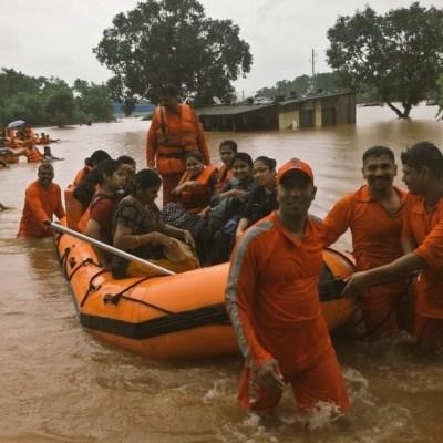 Rescatan a 700 pasajeros de tren inundado en India