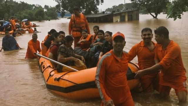 Foto: Los pasajeros fueron rescatados en lanchas, 27 de julio de 2019 (Twitter @AmitShah)