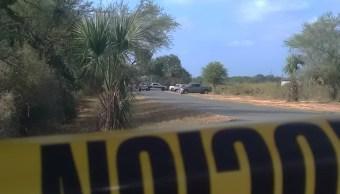 FOTO Encuentran 4 cuerpos frente a Universidad de Cadereyta, NL; en la imagen, policías acordonan la zona (Ray Elizalde)