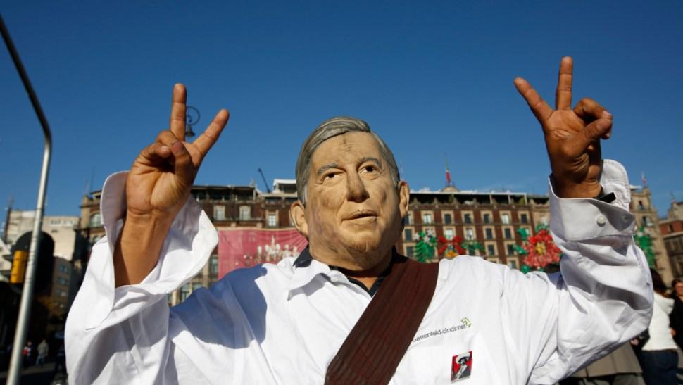 FOTO FMI debe disculpas a México, asegura AMLO; en la imagen, un seguidor de López Obrador durante el festejo del 1 de diciembre de 2018 en el Zócalo CDMX (AP)