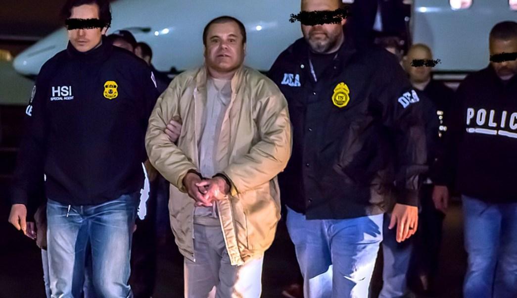 """Agentes de ICE custodian a Joaquín """"El Chapo"""" Guzmán. Foto del 19 de enero de 2017"""