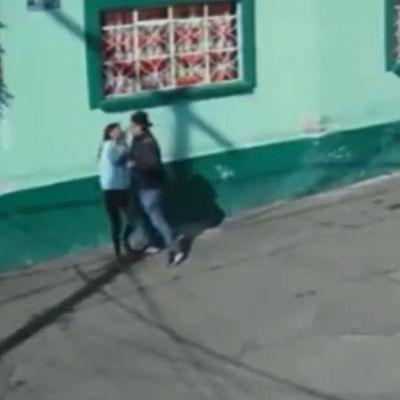 Video: Hombre golpea a una joven e intenta secuestrarla en Xochimilco