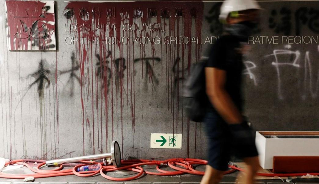 Foto: Manifestantes pintaron con color rojo las paredes del Parlamento de Hong Kong. El 1 de julio de 2019