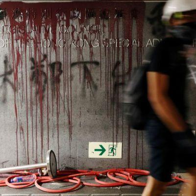 Policía recupera Parlamento de Hong Kong tras invasión de manifestantes