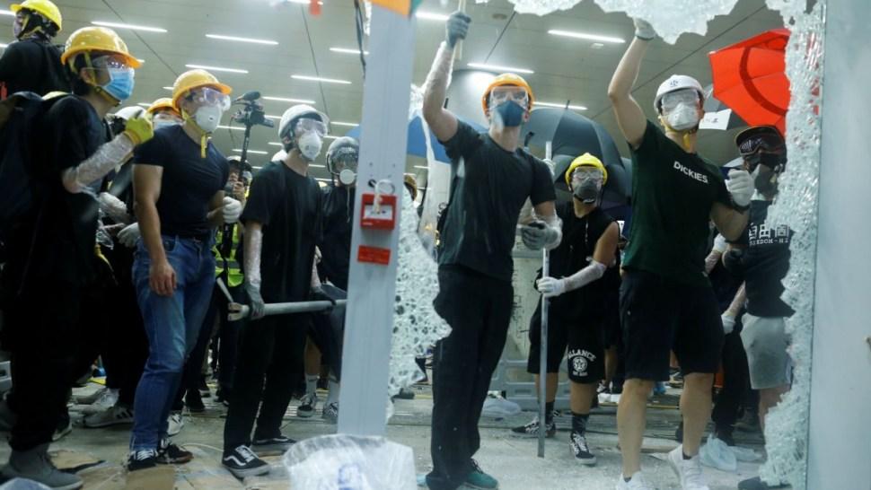 Foto: Manifestantes rompen ventanas del Parlamento de Hong Kong. El 1 de julio de 2019
