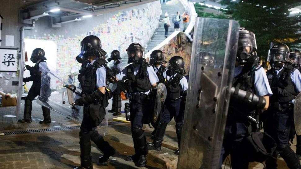 Foto: Policías antidisturbios entran al Parlamento de Hong Kong. El 1 de julio de 2019