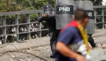 Foto: Agentes de la Policía Nacional Bolivariana (PNB) disparan contra manifestantes en calles de Venezuela