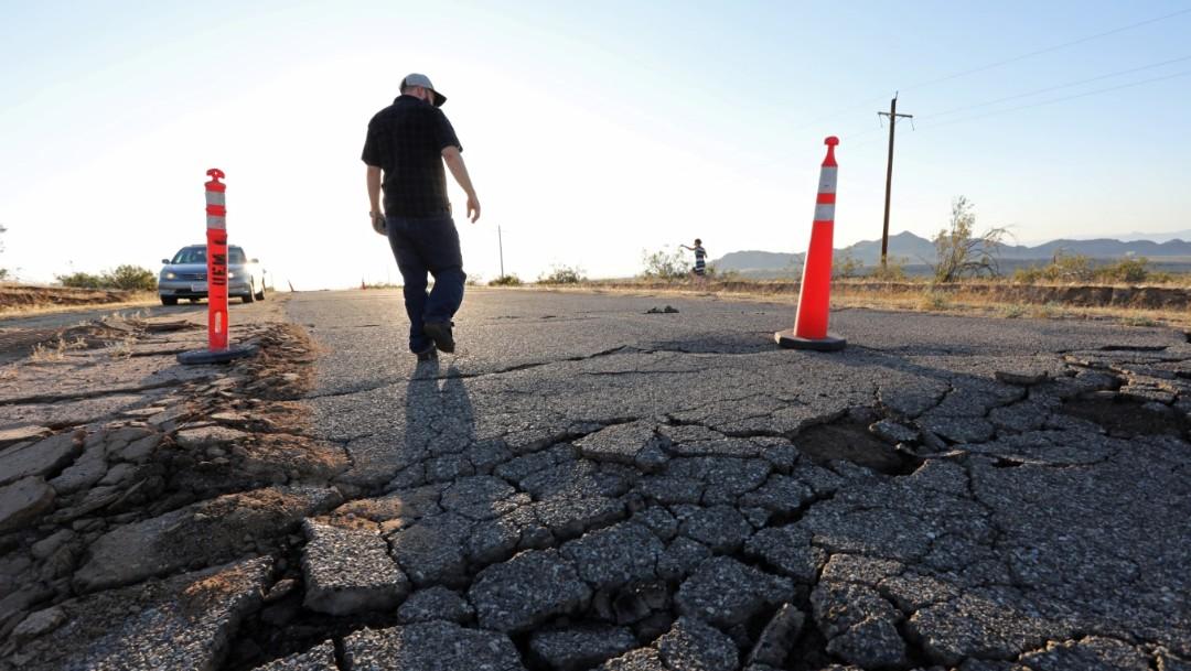 Foto: Las grietas que se abrieron bajo una carretera durante un poderoso terremoto que azotó el sur de California se ven cerca de la ciudad de Ridgecrest, julio 7 de 2019 (Reuters)