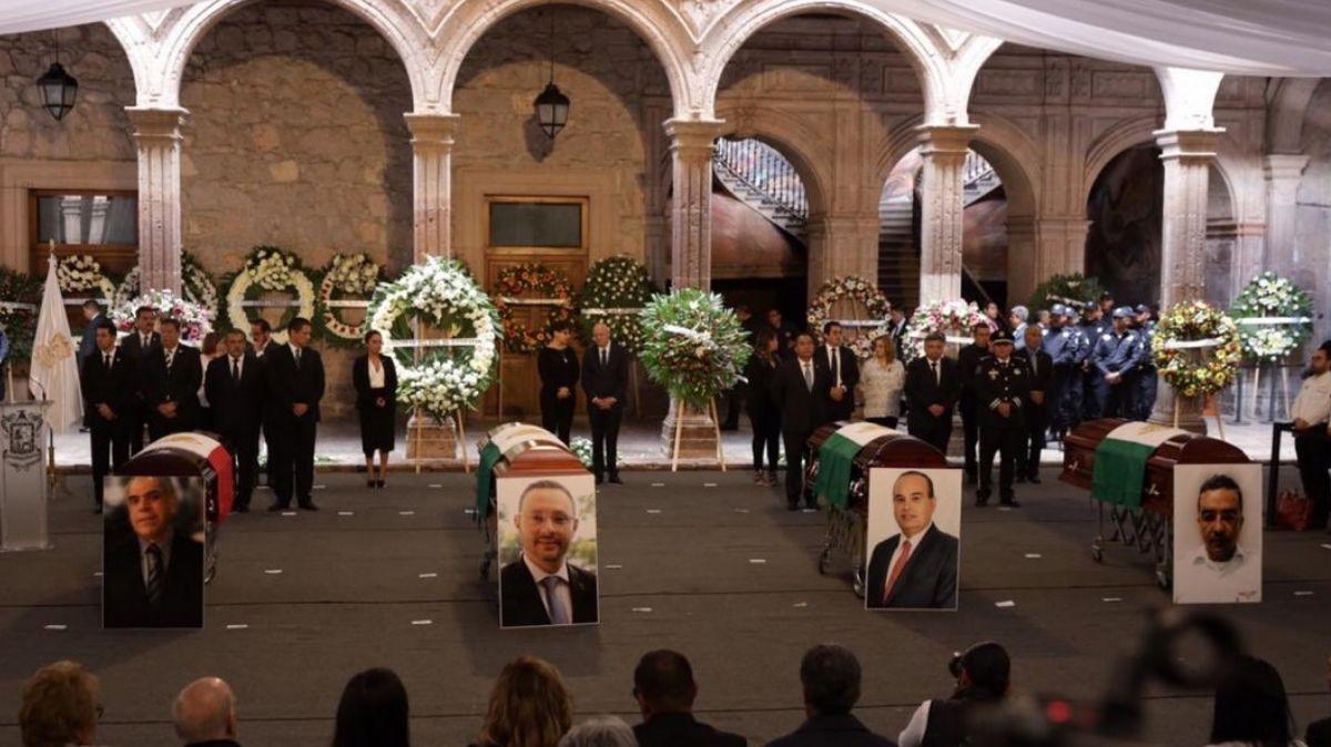 Homenaje a funcionarios fallecidos en accidente aéreo.