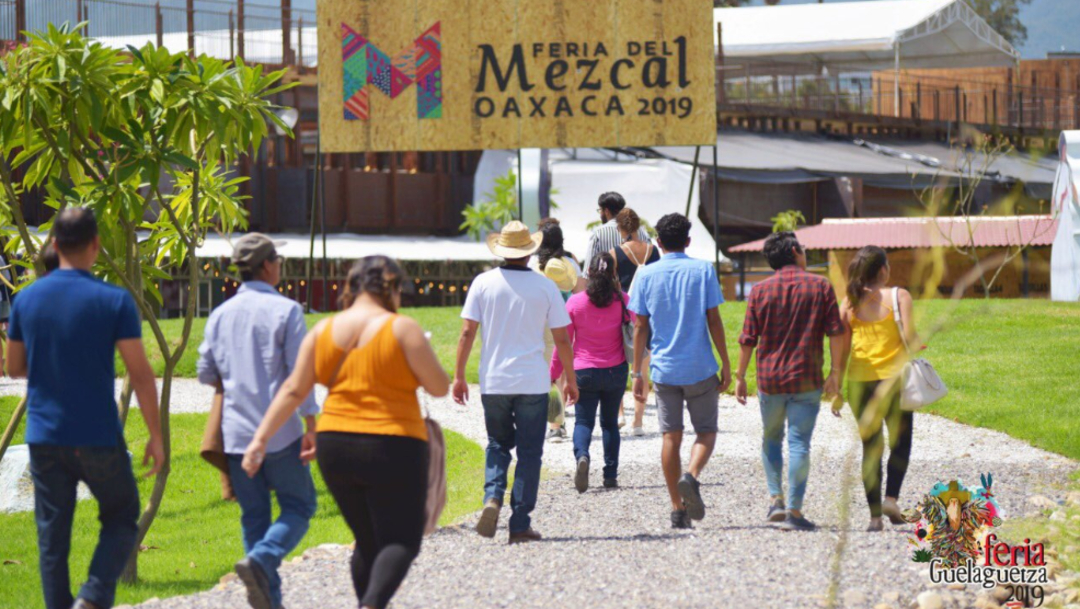 Foto: A lo largo de las fiestas de la Guelaguetza, en la Feria del Mezcal se realizarán degustaciones, 21 de julio de 2019 (Twitter @alejandromurat )