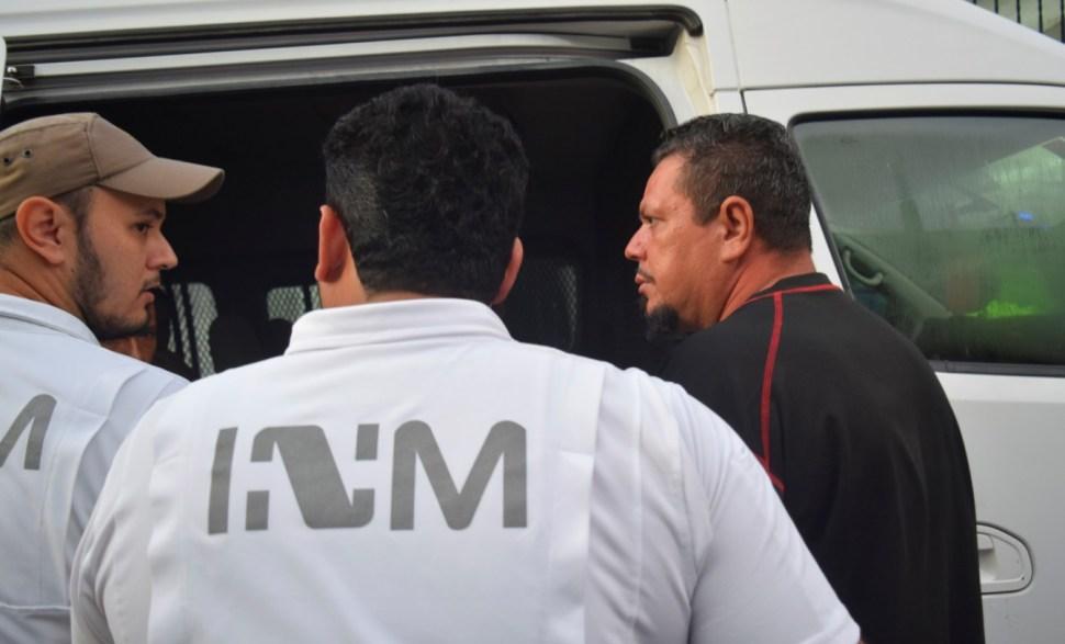 Foto: Agentes del Instituto Nacional de Migración (INM) escoltan a migrantes detenidos en un hotel, julio 20 de 2019 (Reuters)