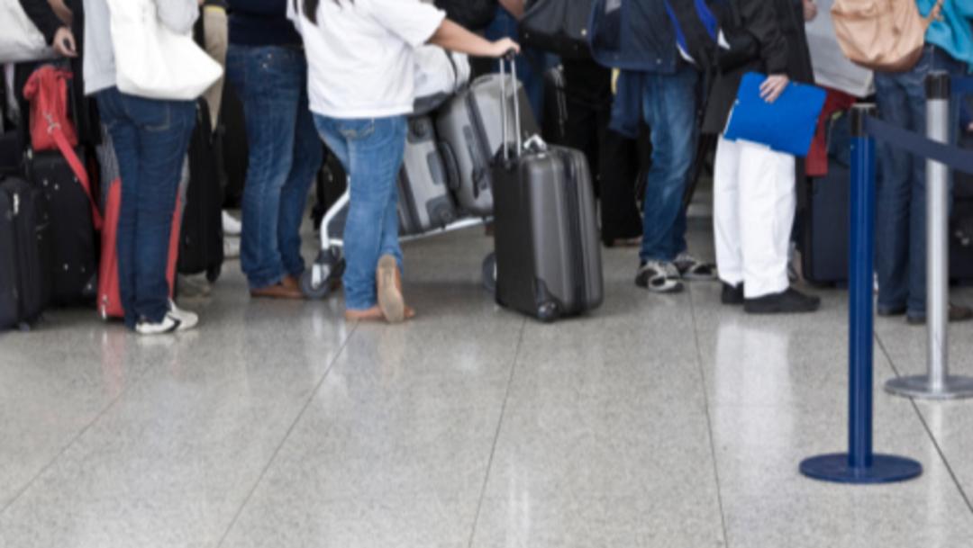 Imagen: La única indicación que tiene es que se forme para que le indiquen si le van a dar otro vuelo hoy u otro día, 31 de julio de 2019 (Getty Images, archivo)