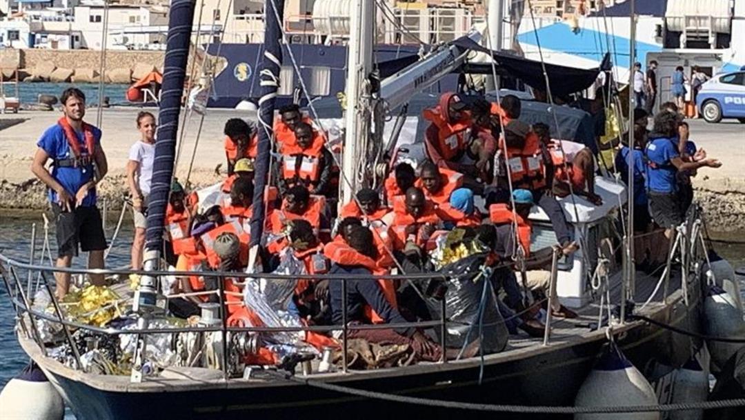 Barco con inmigrantes en las costas de Italia, (Agencia EFE)