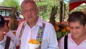 Foto: El presidente de México, Andrés Manuel López Obrador conversa con vendedores de mango, julio 20 de 2019 (Facebook: Andrés Manuel López Obrador)