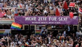 """Foto: Cientos de miles de personas desfilaron este sábado por Berlín para celebrar el día del """"orgullo gay"""", 27 julio 2019"""