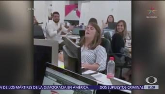 Mujer se duerme en la oficina y compañeros la 'trolean'