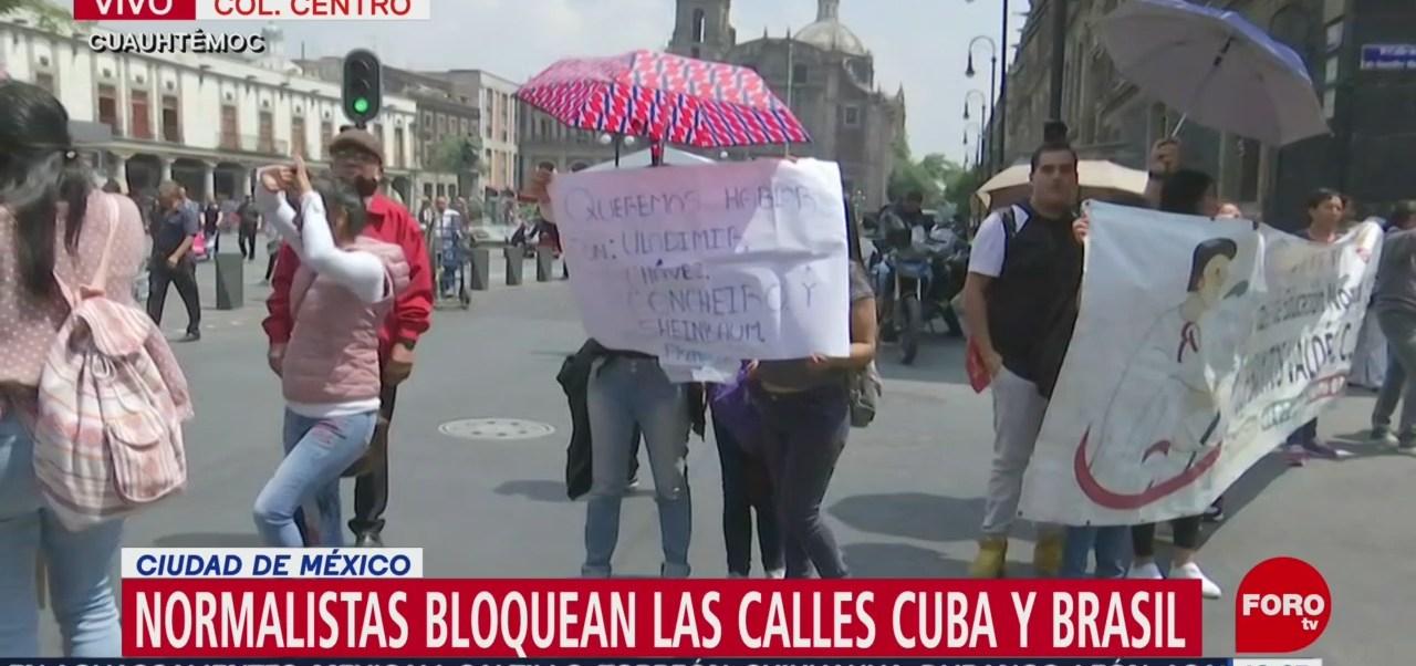 Normalistas bloquean cruce de Cuba y Brasil, en CDMX