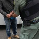 Foto: Oficial de migración en EU detiene a migrante, 8 de julio de 2019, California