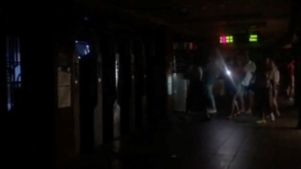 Foto: Los pasajeros caminan en la estación de metro de 66th Street durante un apagón causado por cortes de energía, julio 13 de 2019 (Reuters)