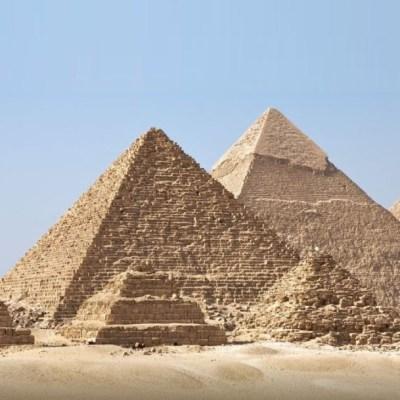 Se toma foto con el trasero al aire frente a las pirámides de Guiza